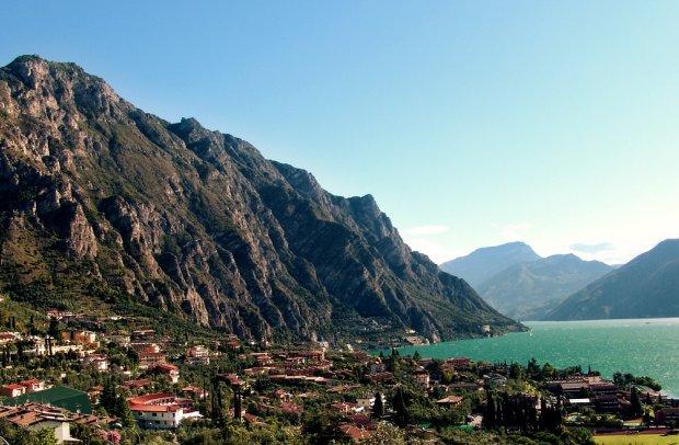 Gardasee Stadt am Berg