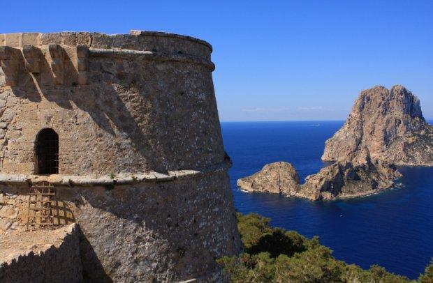 Balearen Ibiza Turm über dem Meer