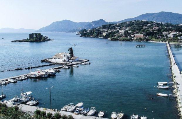 Korfu Hafen mit Insel