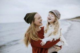 Frühling Mutter und Kind am Strand
